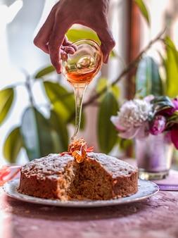 Ahornsirup zum karottenkuchen geben