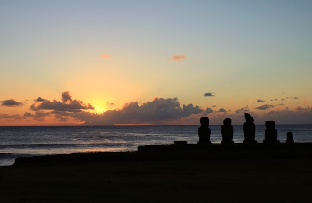 Ahu tahai zeremonielle plattform mit moai-statuen gegen sonnenunterganghimmel, osterinsel, chile
