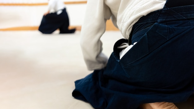 Aikido-kampfkunst auf einer tatami üben
