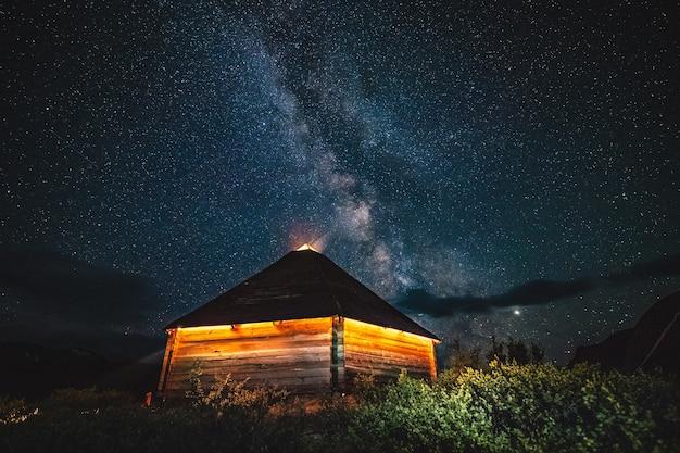 Ail die traditionelle heimat der altaianer vor dem hintergrund der milchstraße am nachthimmel