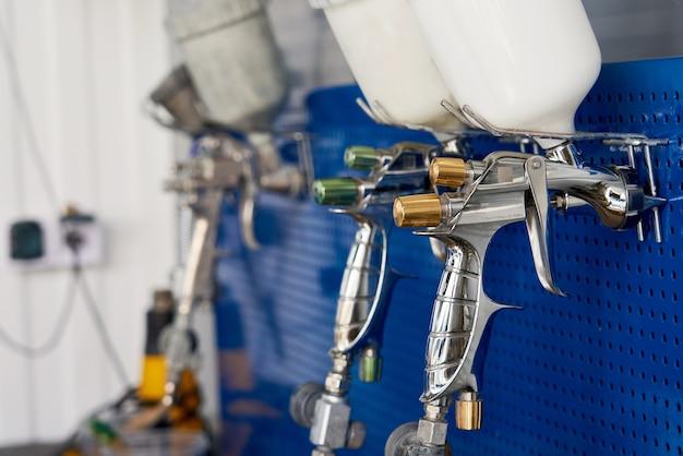 Airbrush für autolackierung, spritzpistole in autowerkstatt