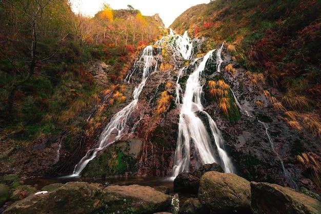 Aitzondo-wasserfall im naturpark aiako harriak im baskenland.
