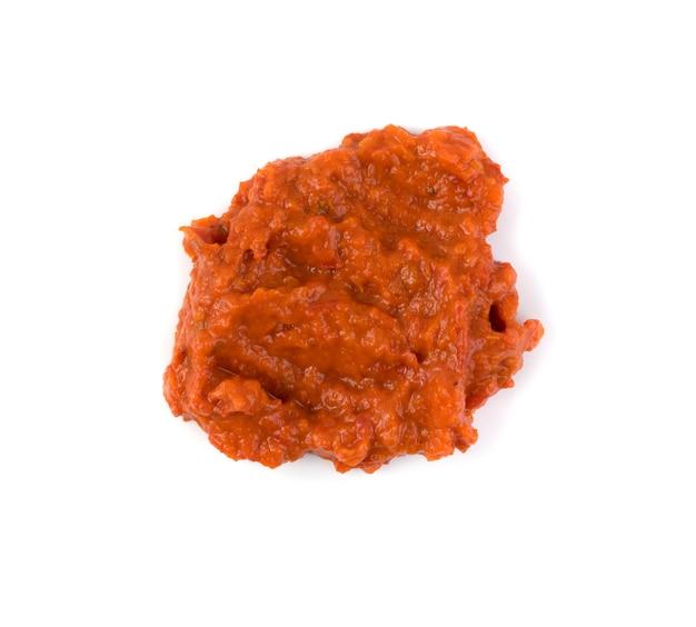 Ajvar oder pindjur orangengemüseaufstrich aus paprika, auberginen und öl. marinara sauce, salsa, chutney oder lutenica isoliert Premium Fotos