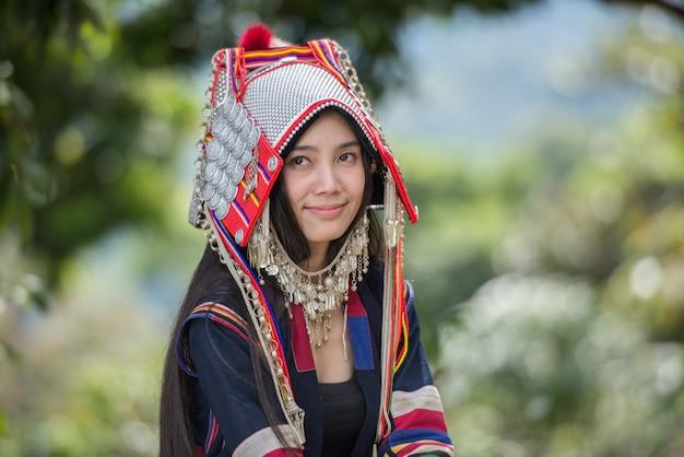 Akha-hügel, der arabica-kaffeekirschen an der plantage, chiang rai thailand auswählt