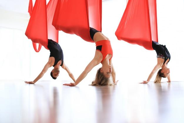 Akrobatische yogashow in gruppe