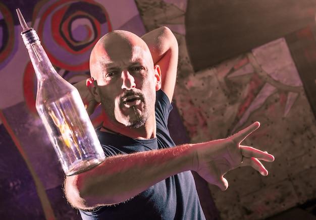 Akrobatischer barmann, der am internationalen wettbewerb durchführt
