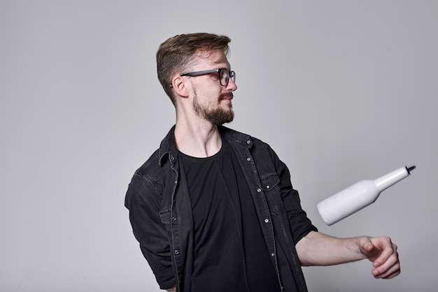 Akrobatischer show-barmann, der ausstellungsbewegung durchführt, konzept des amerikanischen freestyle-barkeepers in aktion - barkeeper