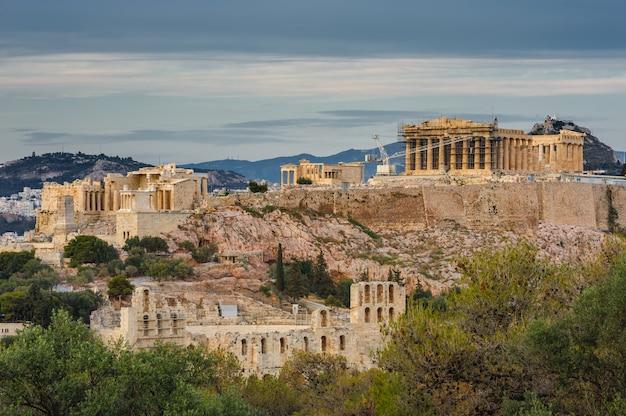 Akropolis in den strahlen des sonnenuntergangs