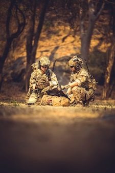 Aktion amerikanische bewaffnete armee angriff angriff schwarz tarnung kampfkommando konflikt demokratie dramatischer kampf kraft spiel gruppe wache gewehr schütze helm maschinen maschinengewehr militar