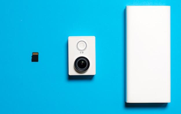 Aktionskamera und speicherkarte auf blau