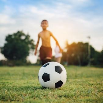 Aktionssport draußen einer gruppe kinder, die spaß haben, fußball zu spielen
