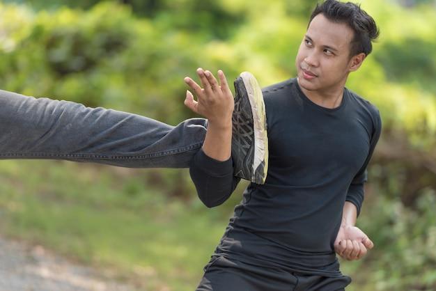 Aktionsszene junger mann, der chinesische kampfkünste übt