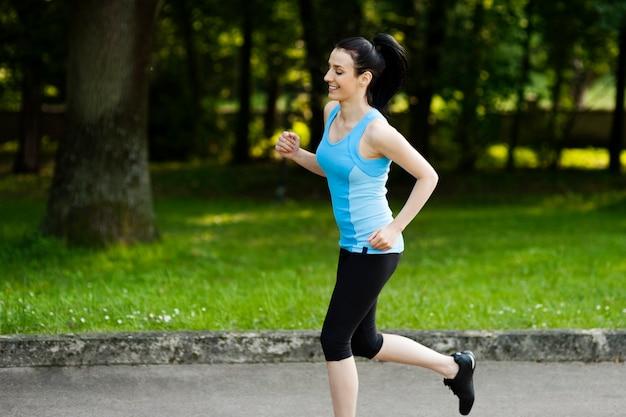 Aktive frau beim joggen