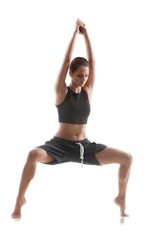 Aktive frau, die eine yoga-haltung zu tun