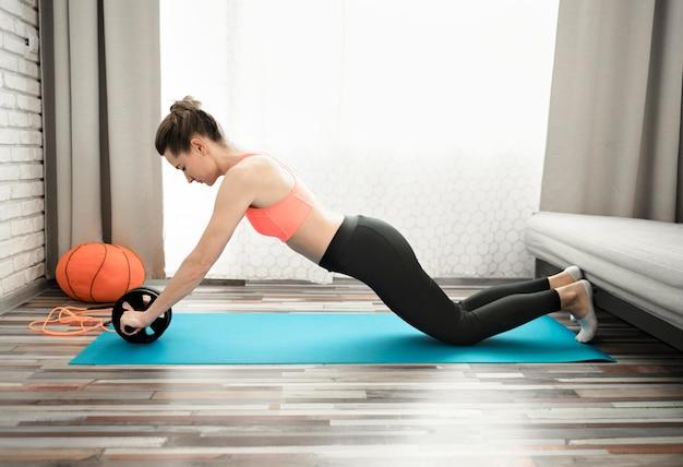 Aktive frau, die zu hause trainiert