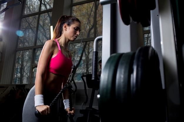 Aktive frau im fitnessstudio