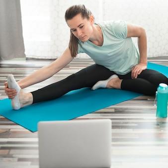 Aktive frau macht übungen zu hause