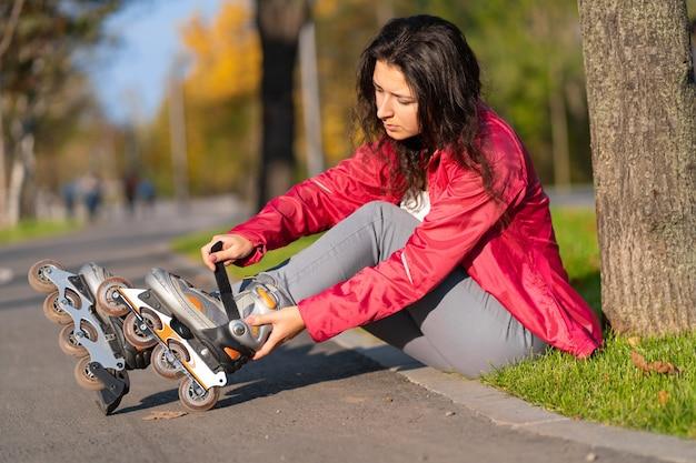 Aktive freizeit. ein sportliches mädchen rollt in einem herbstpark.
