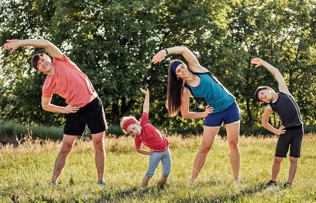 Aktive gesunde familie, die zusammen arbeitet