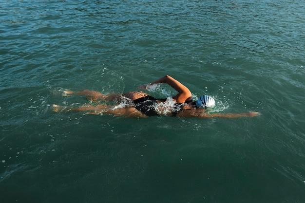 Aktive junge dame, die das schwimmen genießt