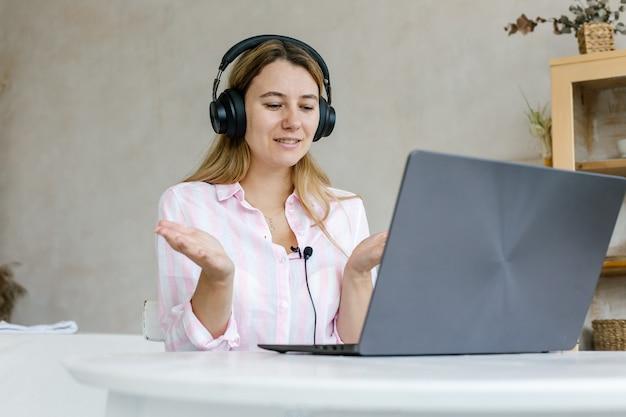 Aktive junge frau remote worker nehmen an virtuellen treffen mit heimcomputer teil