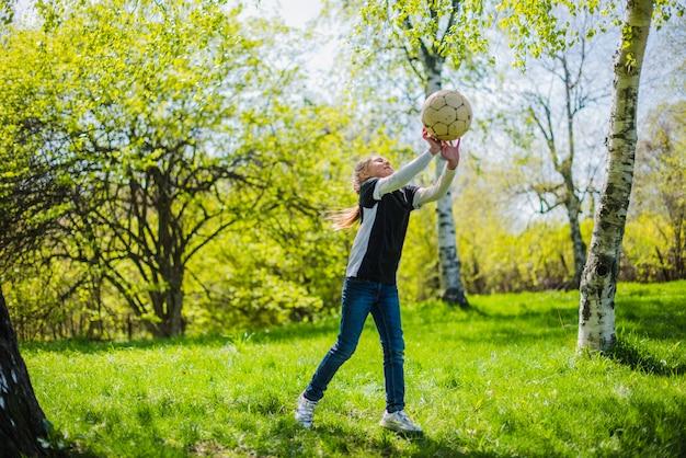 Aktive mädchen blockiert einen ball