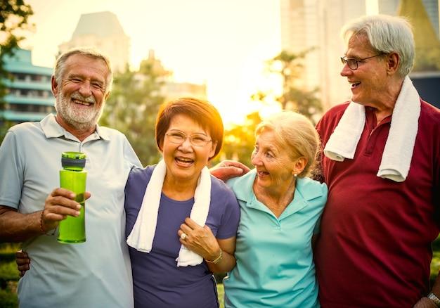 Aktive senioren, die im park ausarbeiten