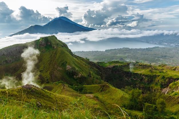 Aktiver indonesischer vulkan batur in der tropeninsel bali. indonesien. batur vulkan sonnenaufgang gelassenheit. morgendämmerungshimmel am morgen im berg. ruhe der berglandschaft, reisekonzept