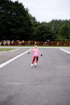 Aktiver lebensstil in einer modernen stadt - stilvolles mädchen, das in einem stadion rollt