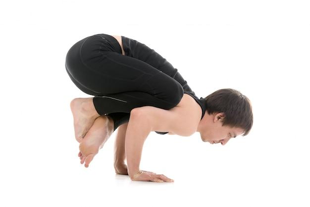 Aktiver mann macht yoga-übung