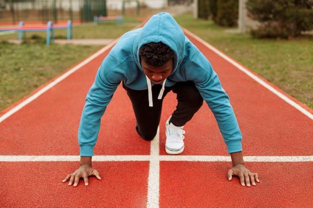 Aktiver teenager, der draußen joggt