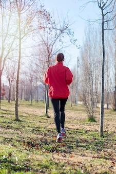Aktiver und sportlicher frauenläufer in der herbstnatur