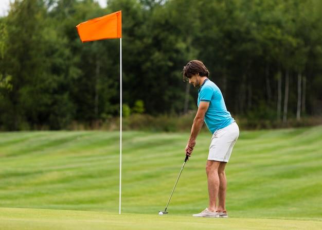 Aktives golftrainieren mit vollem schuss