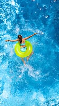 Aktives junges mädchen im schwimmbad