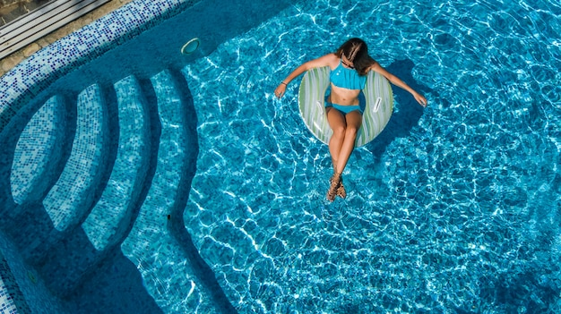 Aktives junges mädchen in der draufsicht des schwimmbades von oben,