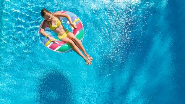 Aktives mädchen im schwimmbad