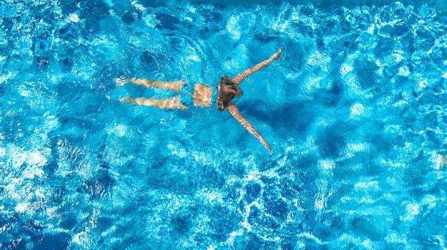 Aktives mädchen in der luftdrohnenansicht des schwimmbades