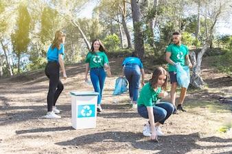 Aktivisten, die Abfall im Wald pflücken