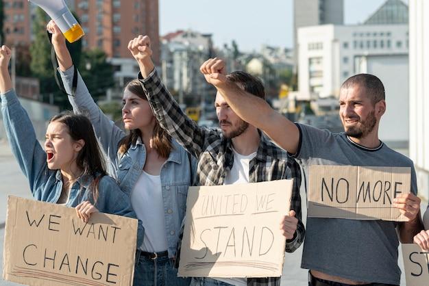 Aktivisten, die zur demonstration zusammenstehen