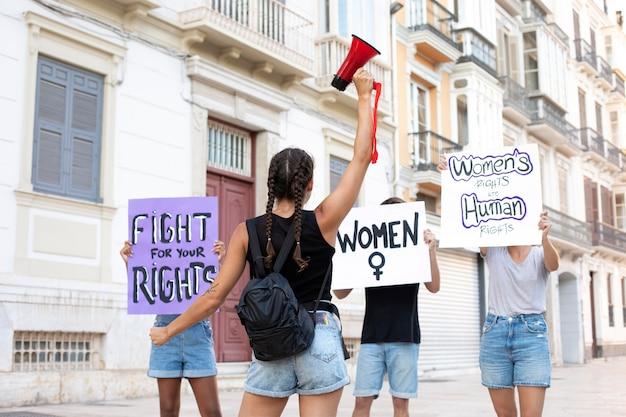 Aktivistin protestiert für ihre rechte