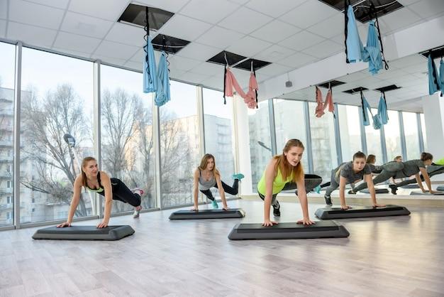 Aktivität und gesundes lebenskonzept im fitnessstudio