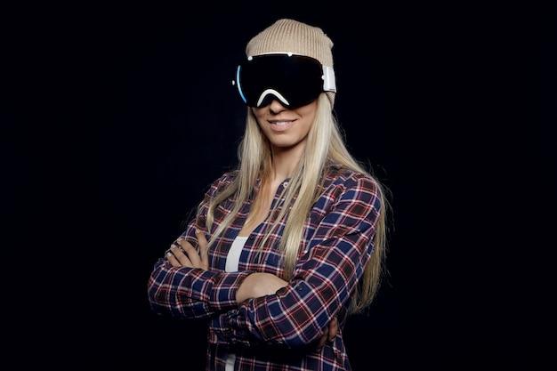 Aktivitäts-, hobby- und sportkonzept. modische junge blonde skifahrerin, die hemd trägt