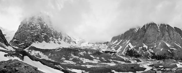 Aktru-tal im altai-gebirge felsen und steine umgeben von hohen bergen bedeckt