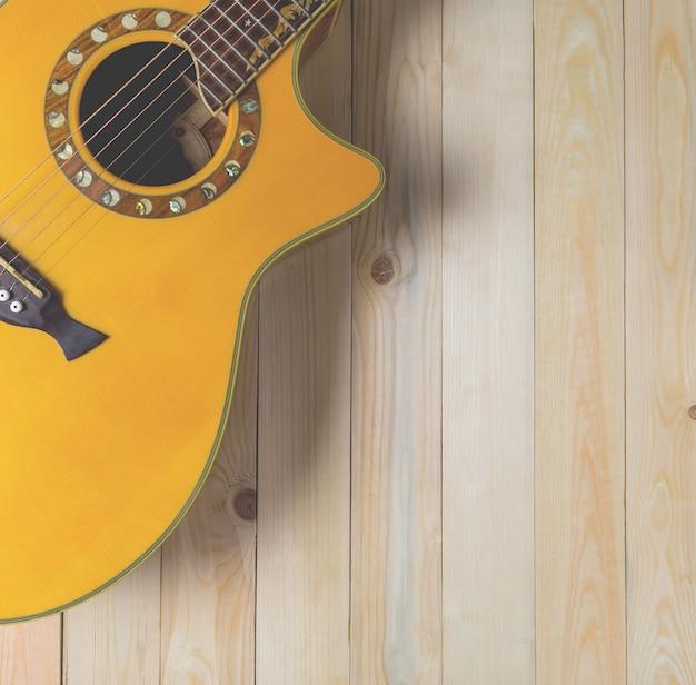 Akustikgitarre auf holzplatte mit kopienraum.