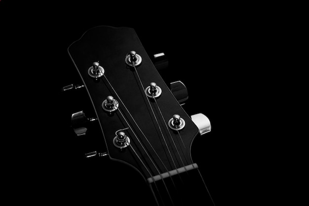 Akustikgitarre auf schwarzem hintergrund