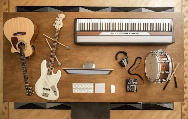 Akustikgitarre, bassgitarre, snare drum, drumsticks, kopfhörer, computer und musiktasten