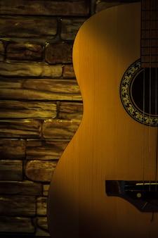 Akustikgitarre gegen eine backsteinmauer