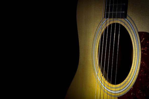 Akustikgitarre isoliert auf schwarzem hintergrund