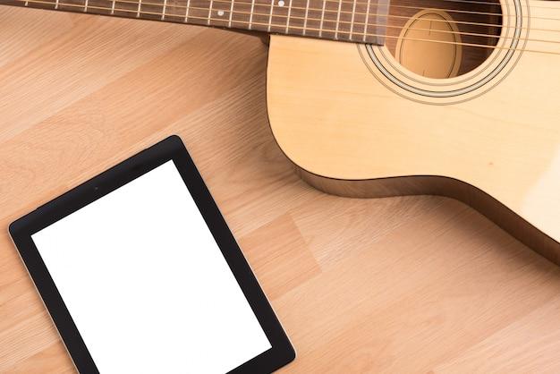 Akustikgitarre und digitaler tablet-bildschirm