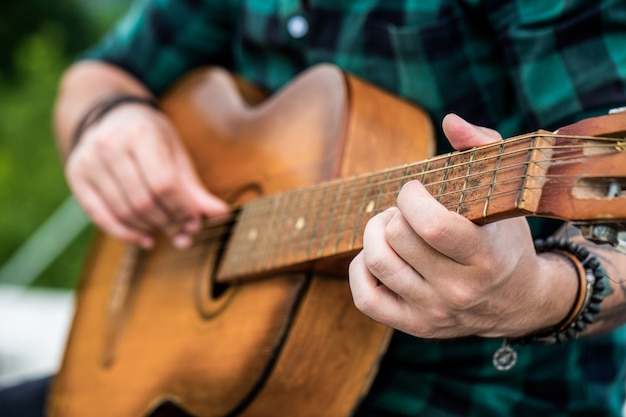 Akustikgitarren spielen Premium Fotos